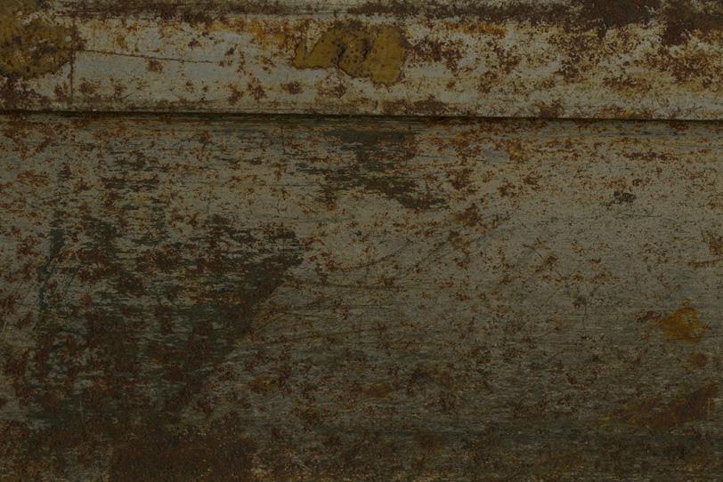 茶色いサビと傷がある金属の写真画像
