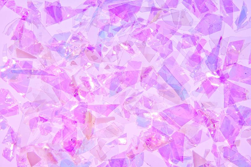 紫色のキラキラと光るフィルムの写真画像