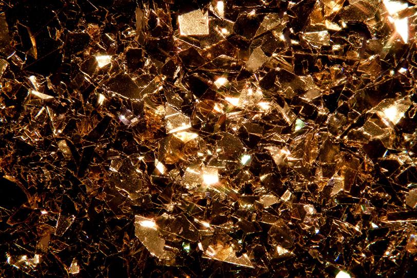 金色にきらめく金属の欠片の写真画像