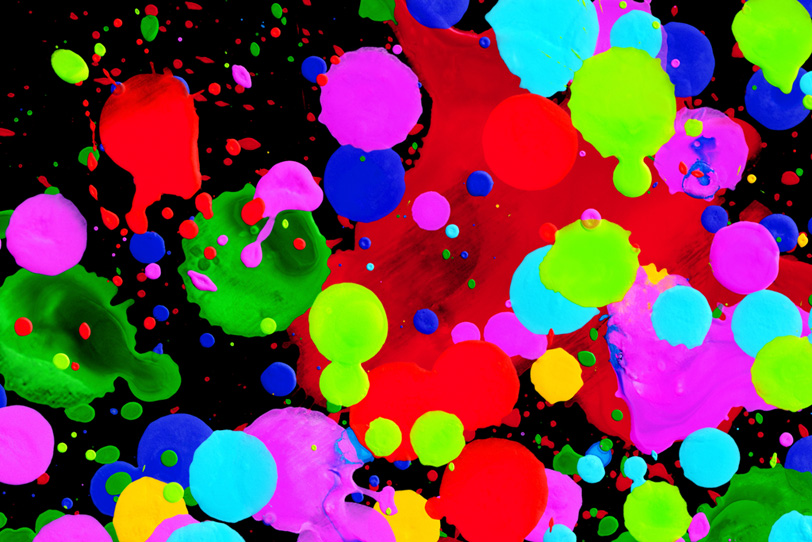蛍光カラーの水玉模様と飛沫の壁紙画像