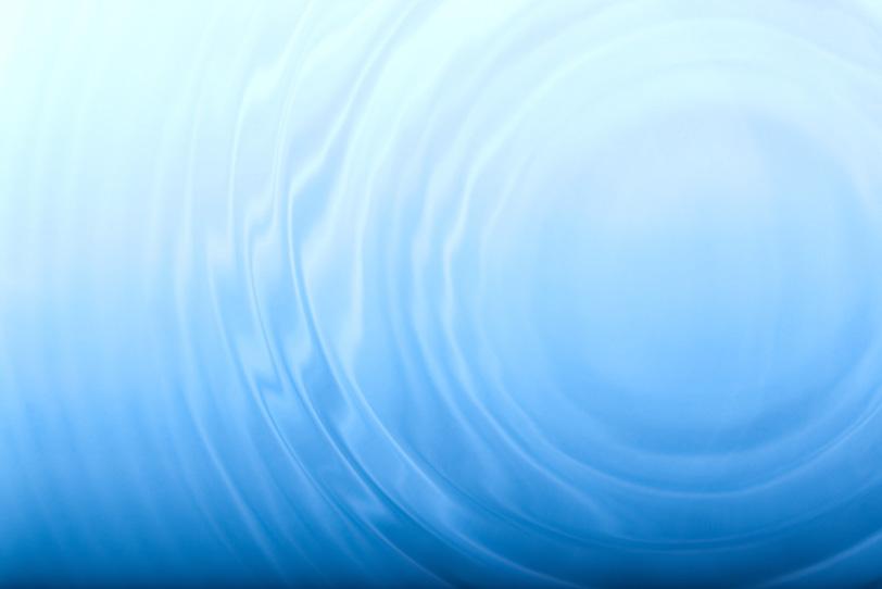 幾層にも広がる水の波紋の写真画像