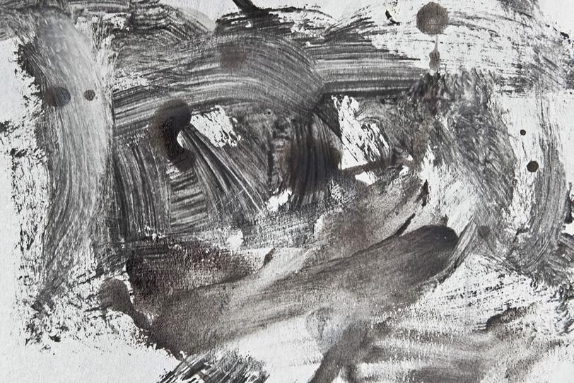 白と黒の絵具が混ざりあう背景の写真画像