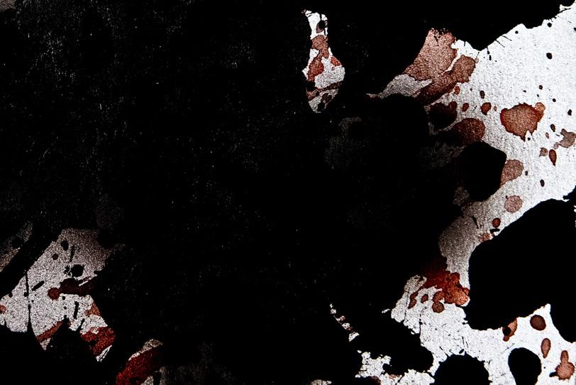 黒い絵具が覆う画用紙の写真画像