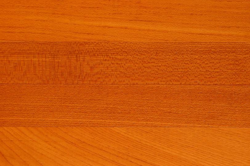 細かい木目の赤茶色のオーク板の写真画像