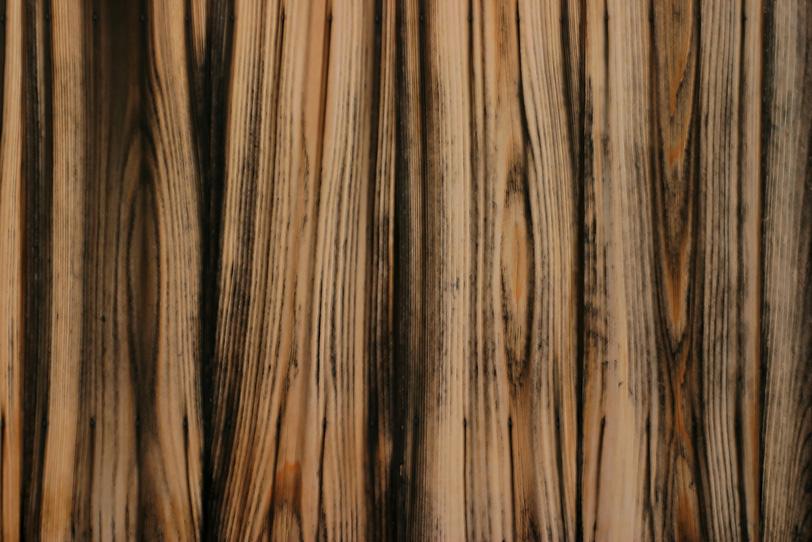 黒い焦げ筋が入った木板の写真画像
