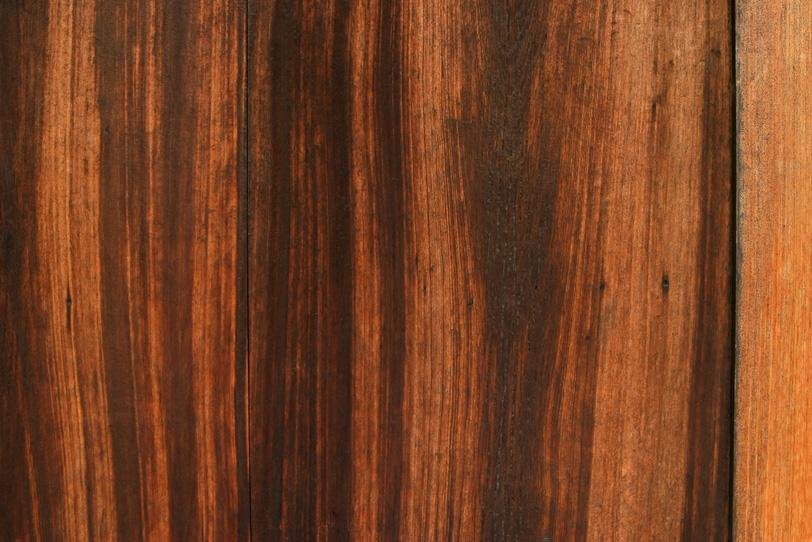 黒く焼けた杉板の写真画像