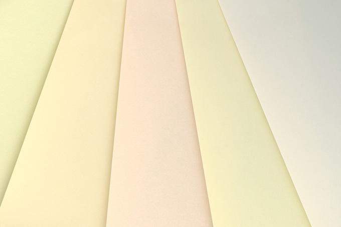 白系無地の紙を重ねたフリー背景画像(かわいいパステル背景のフリー壁紙)