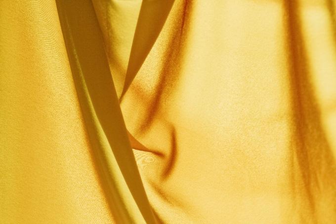 黄色の薄い生地に光が透ける
