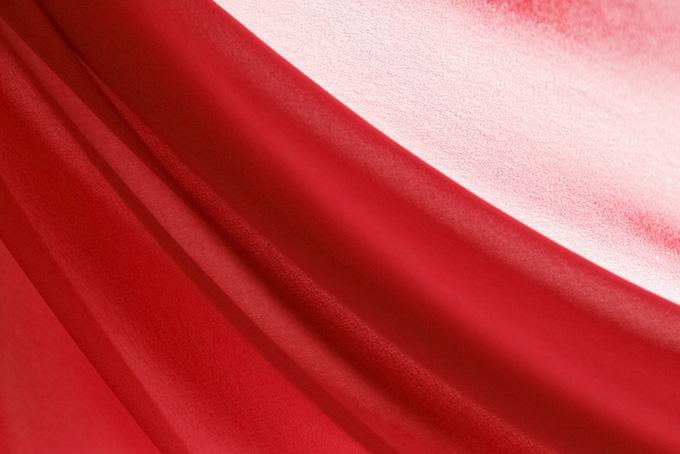 優雅な赤い布のドレープ