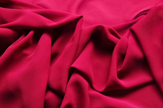 赤い布地が柔らかく折り重る