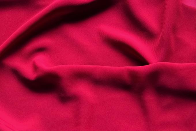 柔らかな赤い布地のテクスチャ