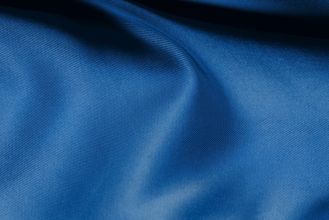 川の流れの様な青い布