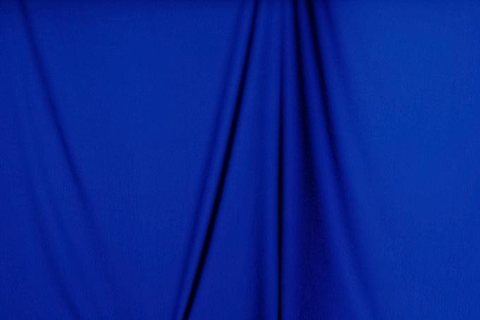 垂れ下がった濃紺の布素材