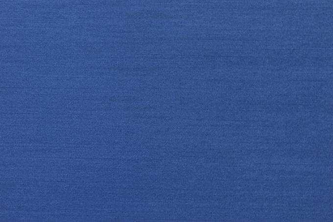 落ち着いた青色の生地の細かい質感