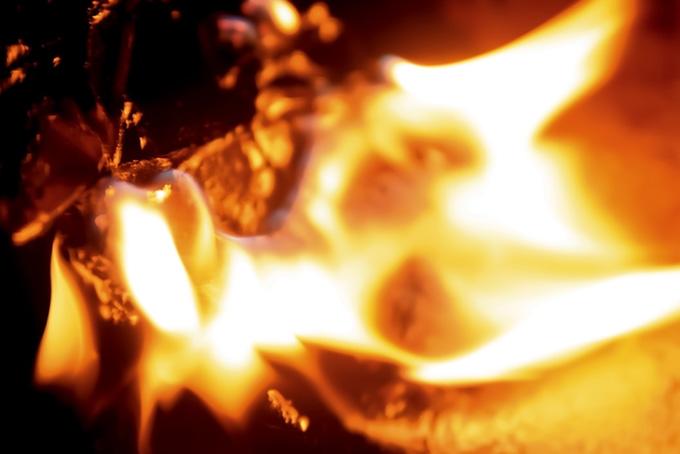 火花を散らしながら燃える炎