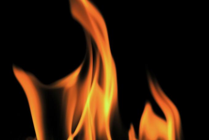 ユラユラと燃ゆる火の写真(炎 テクスチャのフリー画像)