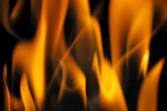 激しく燃焼するオレンジ色の猛炎