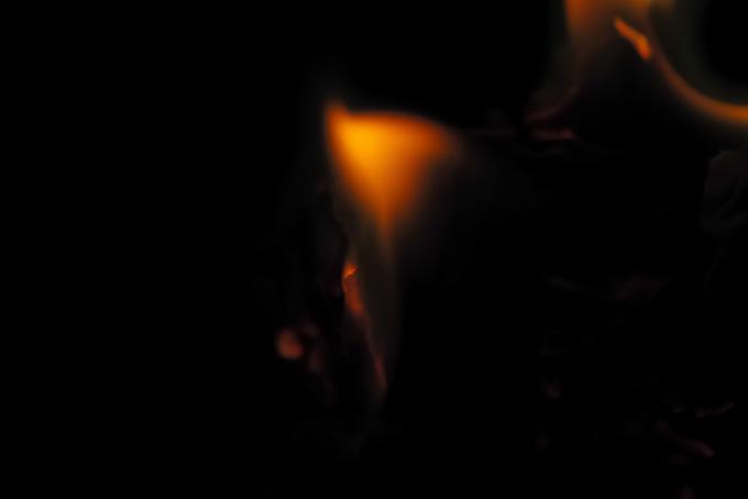 儚く消える火の明かり