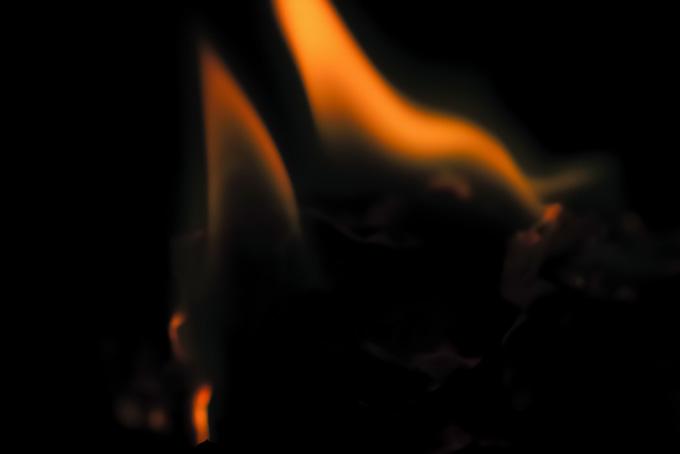焼け跡に僅かに残る火