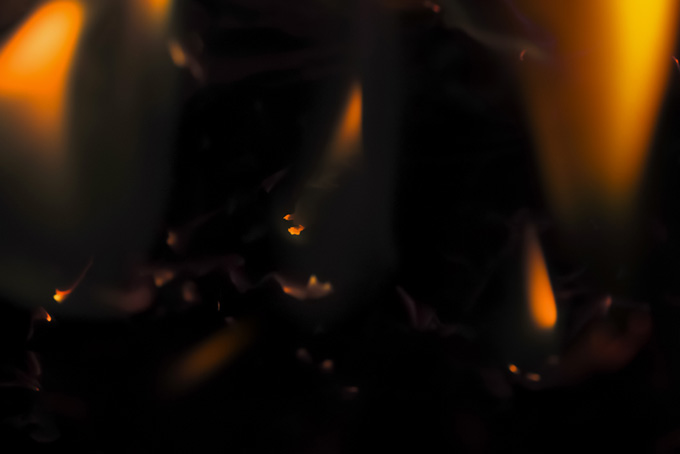 所々に残る小さな火の素材(炎 テクスチャのフリー画像)