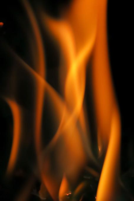 メラメラと立ち上る炎