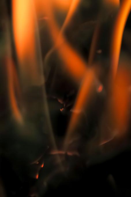 剣の様な炎が幾つも立上がる