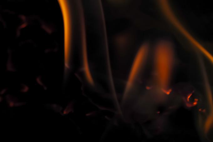 蛇のような細い火が揺れる