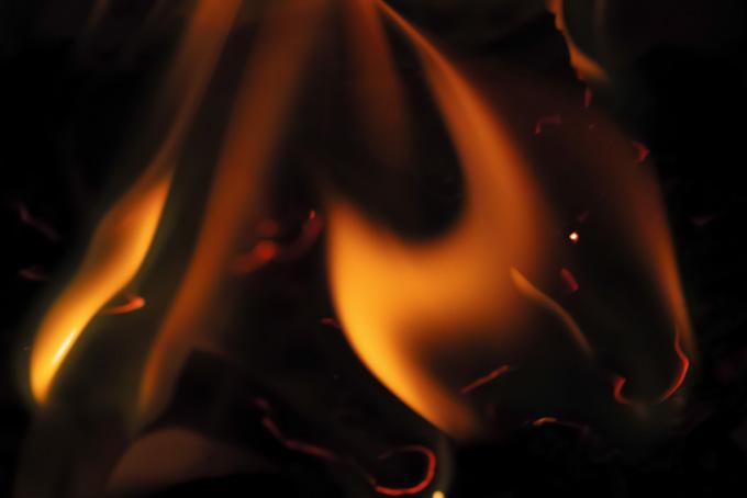暗闇に燃え立つほむらの画像(炎 テクスチャのフリー画像)