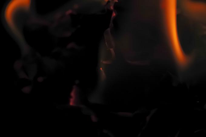 灰の中に残る赤い炎のテクスチャ(炎 テクスチャのフリー画像)