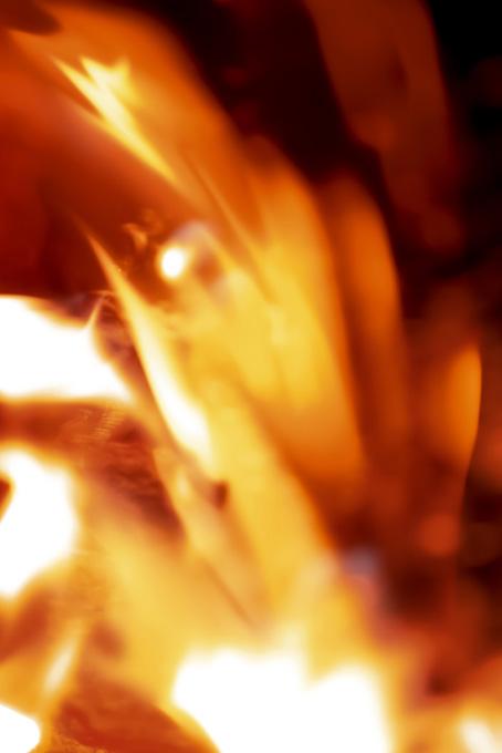 爆発する様に飛び散る炎