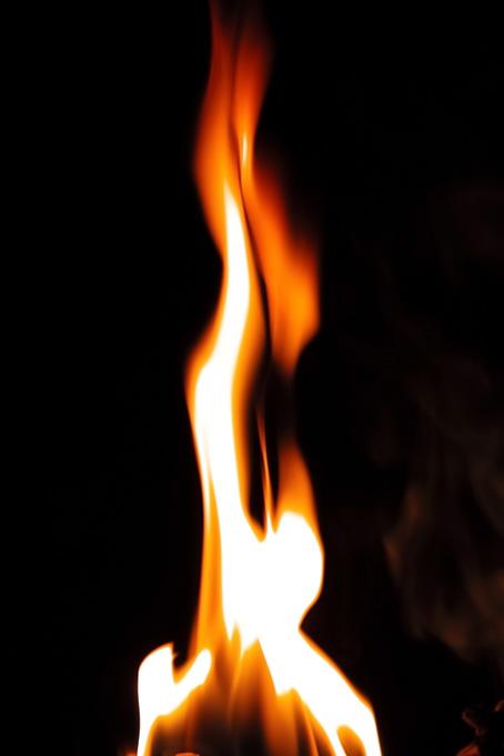 赤い火の手が高々と上がる