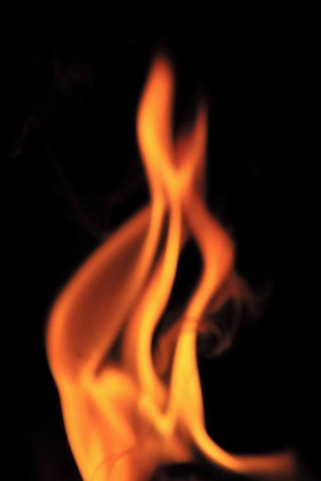 真っ赤に燃え立つ火