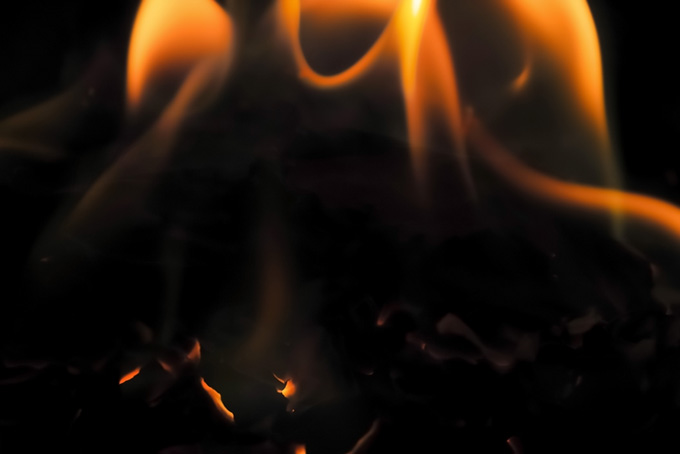 残り火の上で揺れる炎