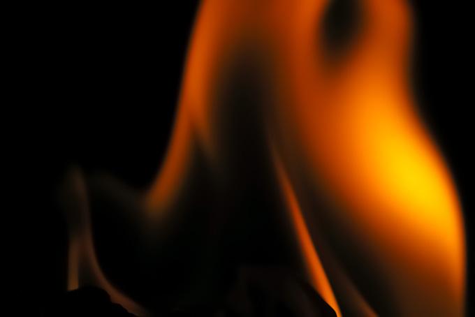 「火 素材」激しく燃える火のテクスチャ、勢いよく登る火の背景、暗闇に揺れる火の画像など、高画質&高解像度のテクスチャ素材を無料でダウンロード