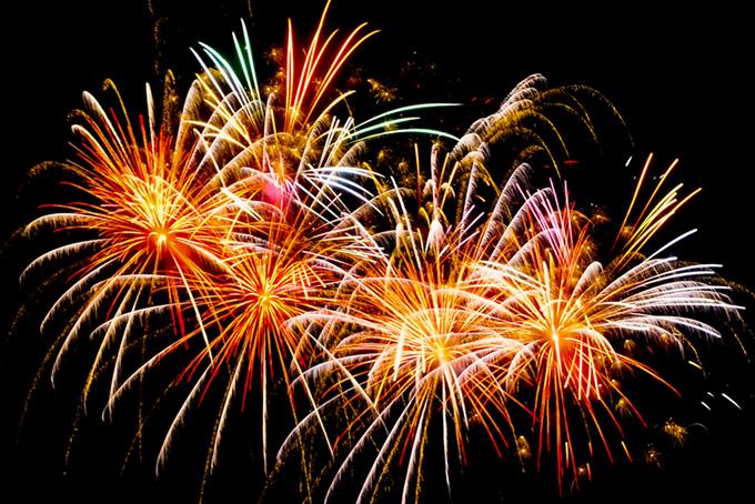 打ち上げ花火が夏の夜空を飾る背景(花火 フリーの画像)