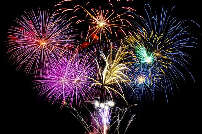 花火が彩る華麗な夏の夜空の写真(花火 フリーの画像)