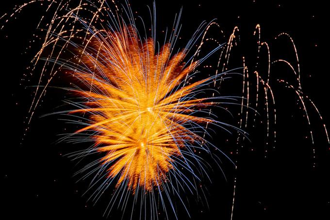 眩い光が弾ける芯入り菊花火の画像(花火 フリーの画像)