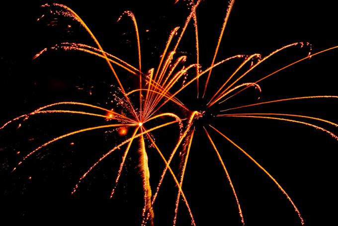 飛び散る光が筋を描く花火大会の素材(花火 フリーの画像)