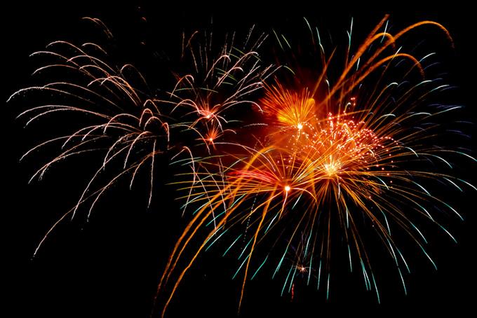 割物花火の光が夜空を飛翔する画像(花火 フリーの画像)