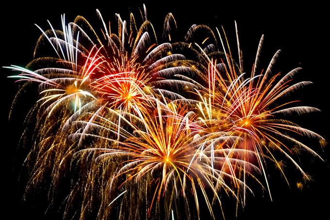 錦変化菊花火の写真、夏の打ち上げ花火の背景、菊玉花火が彩る花火大会の画像など、高画質&高解像度の画像・写真素材を無料でダウンロード