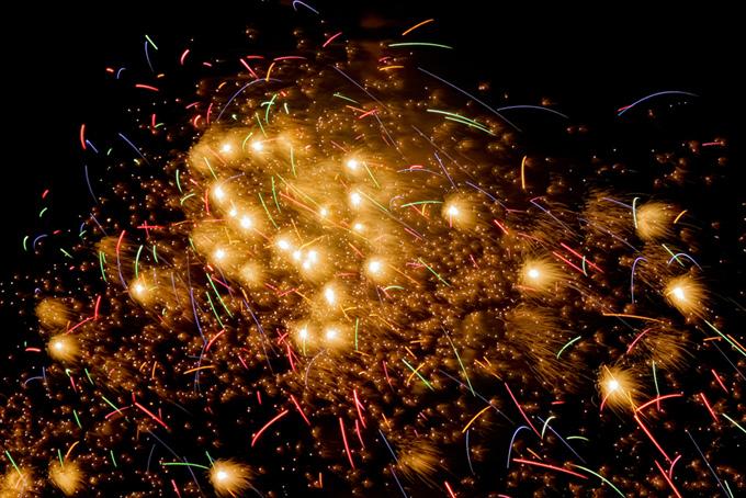 花火の光が舞い散る夏の夜空の画像(花火 フリーの画像)