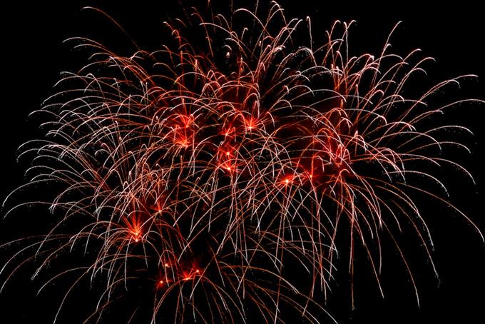 花火の大輪の雫が夜空に消える(花火 フリーの画像)