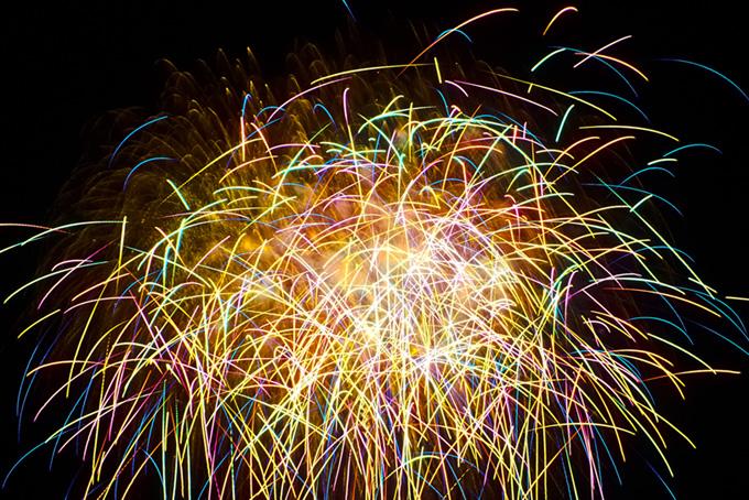 鮮やかな光が飛び散る飛遊星花火の写真(花火 フリーの画像)