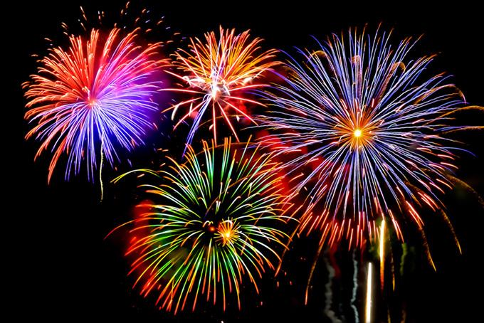 次々と花火が上がる花火大会の素材(花火 フリーの画像)