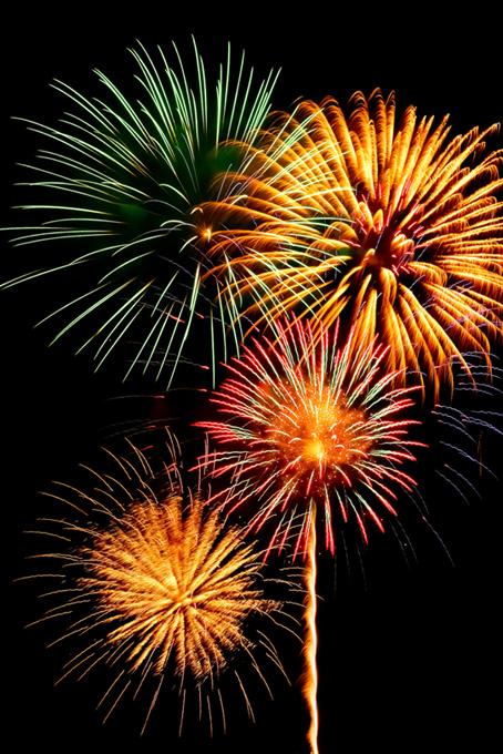 菊玉花火が彩る花火大会の夜空