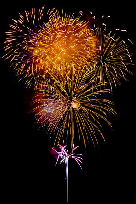 菊玉花火が照らす花火大会の空