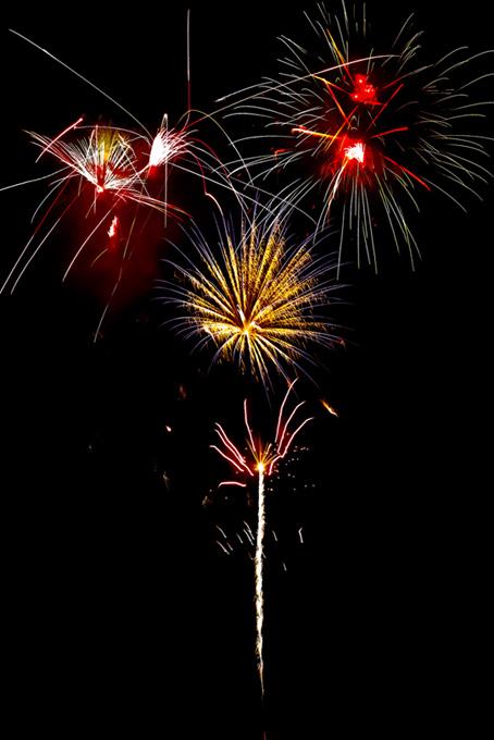 夜空に線光が広がる花火大会