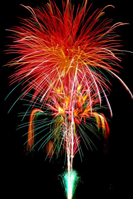 打ち上がる赤い花火