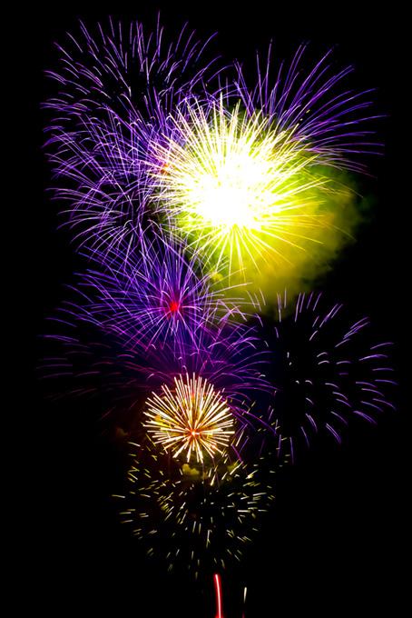 紫と黄色の打ち上げ花火