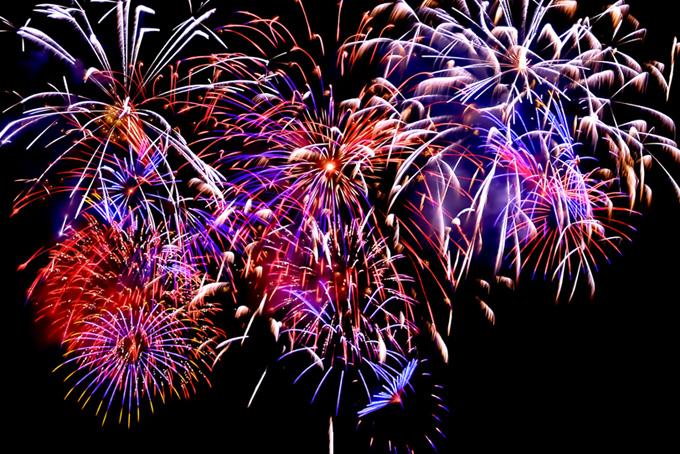 色どり豊かな花火の背景(花火 フリーの画像)